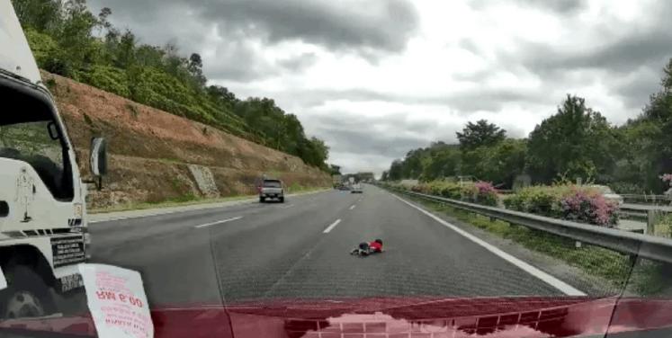 Budak tercampak dari kereta ke lebuh raya