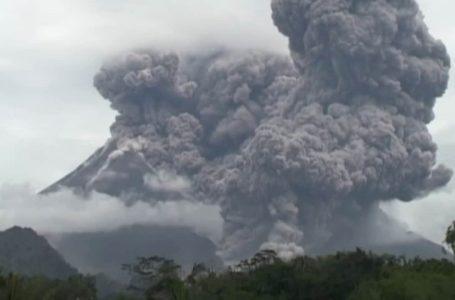Gunung Merapi melepaskan kepulan asap volkanik