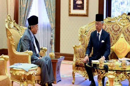Agong cuba menasihati Dr Mahathir agar tidak meletakkan jawatan