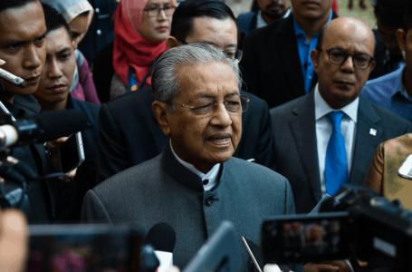 Dr Mahathir beserta empat lain membuat dakwaan tuntutan terhadap Muhyiddin kerana pemecatan dari Bersatu