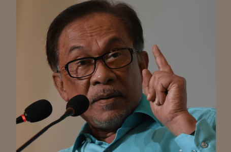 Anwar memberi amaran kepada para pelabur untuk tidak mempercayai khabar angin yang mengaitkan saham Bursa Malaysia dengannya