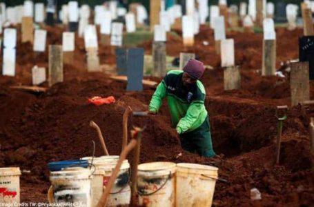 Warga Indonesia yang tidak memakai topeng muka dihukum menggali kubur bagi mangsa Covid-19