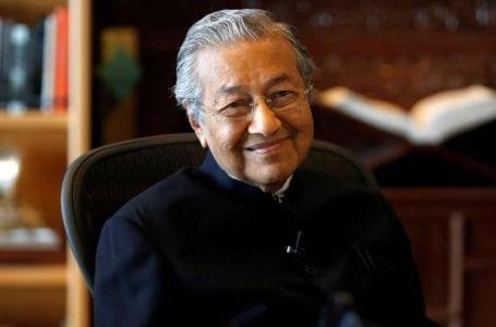 Dr Mahathir mengatakan ketidaktentuan politik Malaysia tidak akan berakhir dengan Anwar sebagai PM