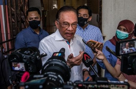 Ketua pembangkang Anwar Ibrahim bersatu di belakang Malaysiakini